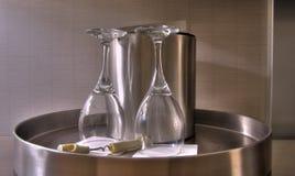 Bandeja de acero con dos vasos footed Fotografía de archivo libre de regalías