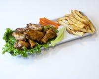 Bandeja de asas e de batatas fritas de galinha imagem de stock