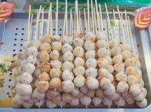A bandeja de bolas roasted da carne de porco derrama com molho picante doce Fotografia de Stock Royalty Free
