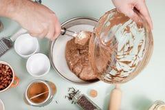 Bandeja de bolo de transferência da mistura do bolo da mão do close up Foto de Stock Royalty Free