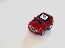 Bandeja de cartão de Sim e papel pequeno simulados como um cartão de SIM em um t vermelho Foto de Stock