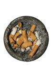 Bandeja de cinza redonda suja com as pontas de cigarro e os topos extintos fotografia de stock royalty free
