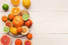 Bandeja de citrinas sortidos nas pranchas de madeira brancas, vista superior Fotografia de Stock Royalty Free
