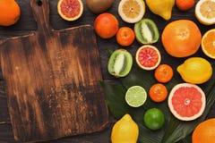 Bandeja de citrinas sortidos nas pranchas de madeira brancas, vista superior Imagens de Stock