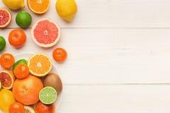 Bandeja de citrinas sortidos nas pranchas de madeira brancas, vista superior Imagens de Stock Royalty Free