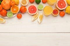 Bandeja de citrinas sortidos nas pranchas de madeira brancas, vista superior Imagem de Stock