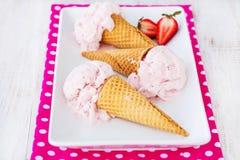 Bandeja de cones de gelado de morango Fotos de Stock Royalty Free