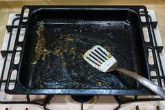 Bandeja de cozimento suja após a fritura imagens de stock
