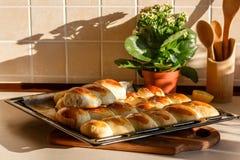 Bandeja de empanadas en la cocina Imagen de archivo