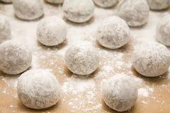 Bandeja de esferas da massa de pão do chocolate com açúcar de crosta de gelo du Foto de Stock Royalty Free