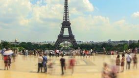 Bandeja de Fisheye da torre Eiffel do lapso de tempo do tráfego pedestre da cidade vídeos de arquivo