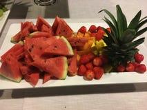 Bandeja de fruta fresca con la piña, sandía, fresas, melón Imágenes de archivo libres de regalías