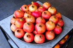Bandeja de fruto da romã para a venda em um mercado dos fazendeiros Fotografia de Stock
