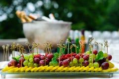 Bandeja de fruto fresco sortido na tabela de bufete Imagens de Stock Royalty Free