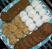 Bandeja de galletas y de galletas clasificadas Imagen de archivo