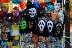 Bandeja de la calle del escaparate con las máscaras de la venganza 'del 'grito 'de la película 'y de otras foto de archivo libre de regalías