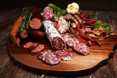 Bandeja de la comida con la carne fr?a con el salami y las hierbas deliciosos Variedad de productos de carne incluyendo coppa y l imagen de archivo libre de regalías