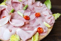 Bandeja de la comida con el salami delicioso, pedazos de jamón cortado fotografía de archivo