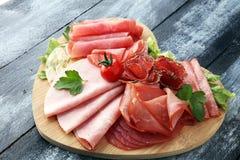 Bandeja de la comida con el salami delicioso, pedazos de jamón cortado, salchicha, imágenes de archivo libres de regalías