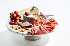 Bandeja de la comida con el surtido del charcuterie Imagen de archivo libre de regalías