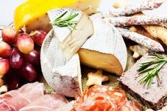 Bandeja de la comida con el surtido del charcuterie Fotos de archivo libres de regalías