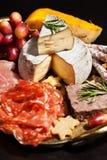 Bandeja de la comida con el surtido y el queso del charcuterie Imagenes de archivo