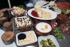 Bandeja de la comida con queso delicioso y diverso Fotos de archivo