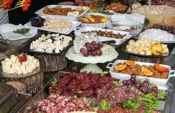 Bandeja de la comida con queso delicioso y diverso Imagen de archivo libre de regalías