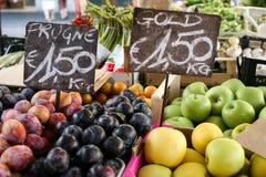 Bandeja de la fruta, precios Imagenes de archivo