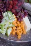 Bandeja de la fruta y de queso Imágenes de archivo libres de regalías