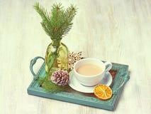 Bandeja de la Navidad del vintage con una taza de capuchino adornada con a Foto de archivo