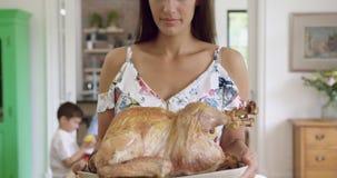 Bandeja de la tenencia de la mujer con el pollo asado en casa 4k almacen de metraje de vídeo