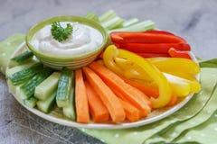 Bandeja de legumes frescos sortidos com mergulho Imagem de Stock Royalty Free
