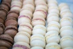 Bandeja de macarrones chocolate y vainilla Foto de archivo libre de regalías