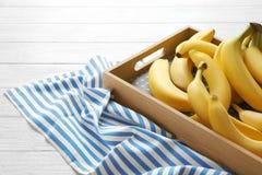 Bandeja de madeira com bananas maduras Foto de Stock Royalty Free