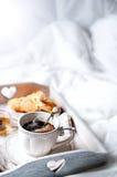 Bandeja de madera con el desayuno ligero en cama Imagen de archivo libre de regalías