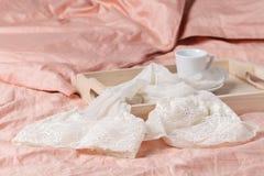 Bandeja de madera con el desayuno ligero en cama en la cama con el lino blanco Fotos de archivo libres de regalías