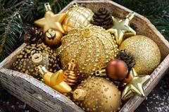 bandeja de madera con las decoraciones de oro de la Navidad en la tabla, primer Fotos de archivo libres de regalías