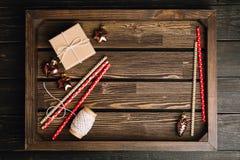 Bandeja de madera de Brown con las decoraciones de la Navidad Imagenes de archivo