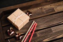 Bandeja de madera de Brown con las decoraciones de la Navidad Fotos de archivo