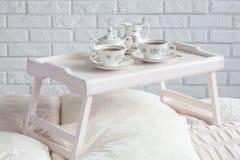 Bandeja de madera del desayuno con servicio de té Fotografía de archivo