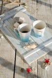 Bandeja de madera del vintage con la taza de té de la porcelana con las melcochas del té y del blanco Foto de archivo
