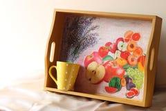 Bandeja de madera y taza de café de cerámica Fotografía de archivo