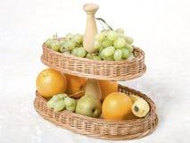 Bandeja de mimbre con las frutas Foto de archivo