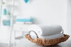 Bandeja de mimbre con las toallas en la tabla foto de archivo libre de regalías
