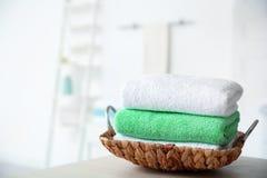 Bandeja de mimbre con las toallas en la tabla imagen de archivo libre de regalías