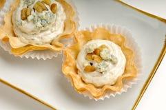 Bandeja de queijo azul e de noz Fotos de Stock Royalty Free