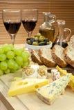 Bandeja de queijo, vinho, uvas, azeitonas, pão fotografia de stock royalty free