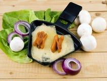 Bandeja de Raclette com queijo e bacon - party o alimento Fotografia de Stock Royalty Free