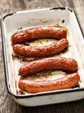 Bandeja de salsichas roasted rústicas fotos de stock